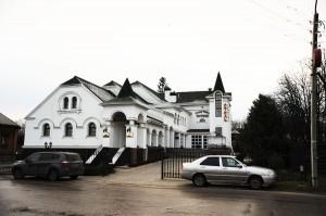 А вот какой отель стоит возле этого храма